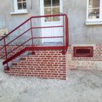 Escalier en métal rouge