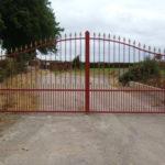 grande grille d'entrée rouge